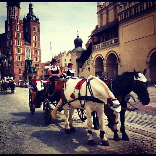 zwiedzanie krakowa Magiczny Kraków. Dorożki na krakowskim Starym Rynku