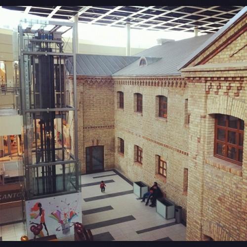 Suwałki Plaza największe centrum handlowe na Suwalszczyźnie. W środku niespodzianka. Zachowano budynki dawnego carskiego więzienia z XIX wieku