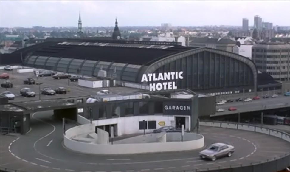 Parkin Saturna w filmie jako parking Hotelu Atlantic. W tle dworzec główny w Hamburgu