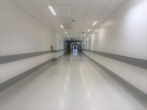 Szpitalny korytarz w drodze na badania